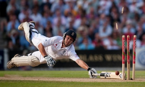 I Nagroda 53. edycji World Press Photo w kategorii: Sports Action Singles, Gareth Copley, United Kingdom, Press Association, England's Jonathan Trott is run out at the fifth Ashes test match, London, August