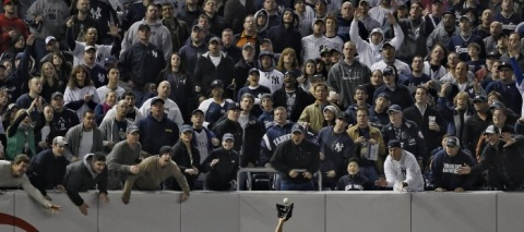 I Nagroda 53. edycji World Press Photo w kategorii: Sports Features Singles, Robert Gauthier, USA, Los Angeles Times Magazine, Yankee fans try to distract Angels left fielder Juan Rivera, Yankee Stadium, 25 October