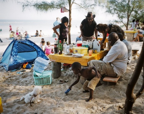 II Nagroda 53. edycji World Press Photo w kategorii: Daily Life Singles, Joan Bardeletti, France, Sunday picnic, Mozambique
